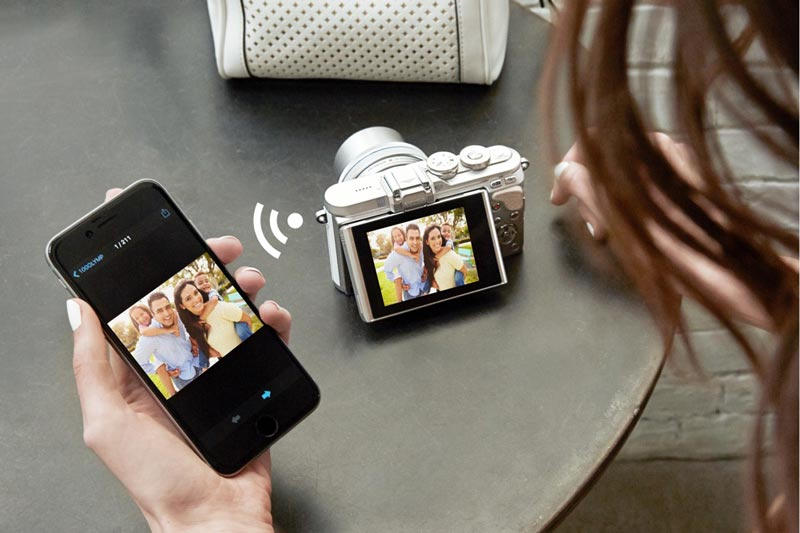 Image of Olympus E-PL8 connecting to a smartphone